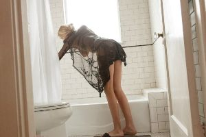 Массажистка в ванной.