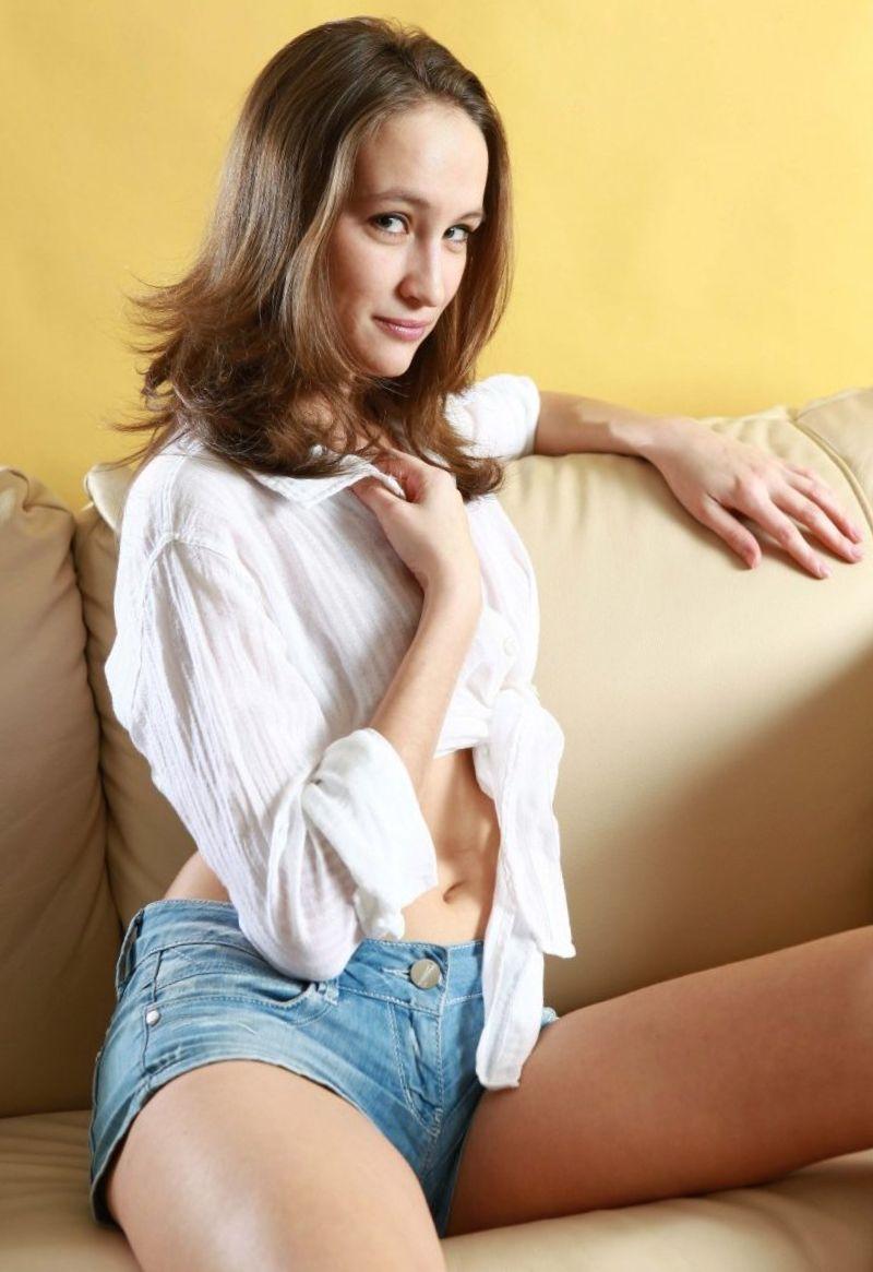 Нина в рубашке.